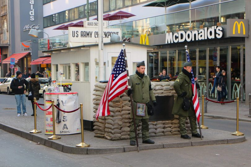 checkpoint charlie bezienswaardigheid in berlijn. Black Bedroom Furniture Sets. Home Design Ideas