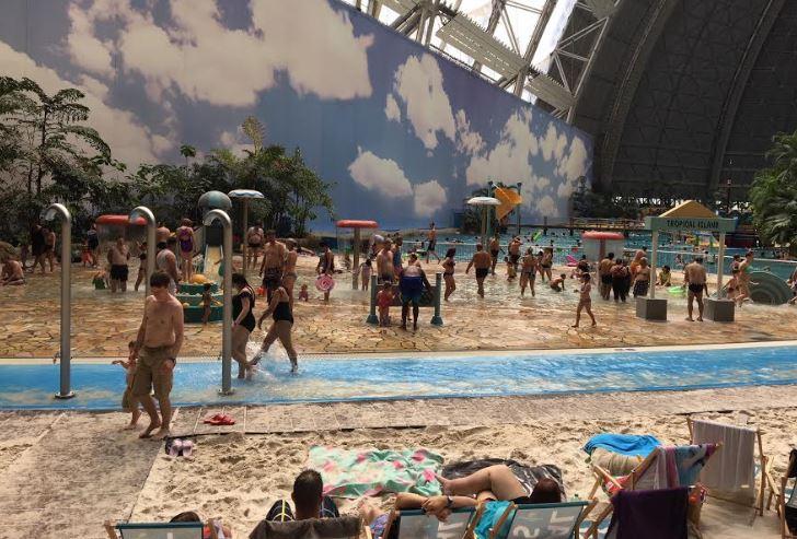 Indoor strand met zwembad